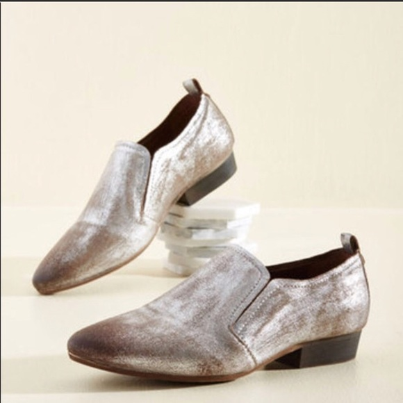 197ed21819a Seychelles silver loafers with bronze detailing. M 5aa81b7ca4c4851058f4b39a